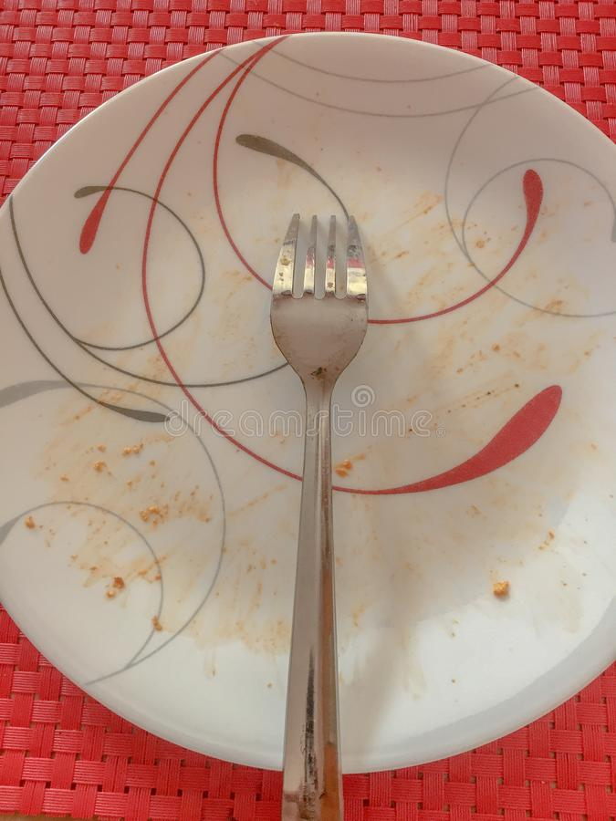 Plat sali avec la fourchette image stock