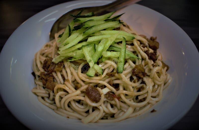 Plat sec chaud de nouille reganmian à Taïwan images stock