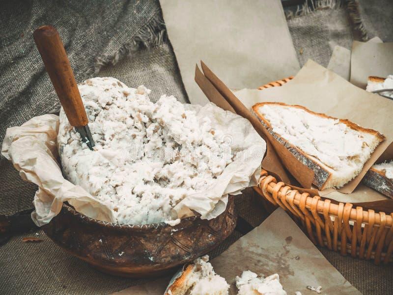 Plat slave Salo dans un pot d'argile avec du pain fait maison blanc coupé en tranches Nourriture extérieure de pique-nique photographie stock