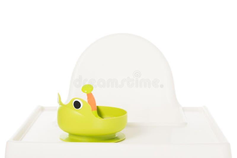 plat sous la forme de grenouille avec l'aliment pour bébé sur le highchair image libre de droits