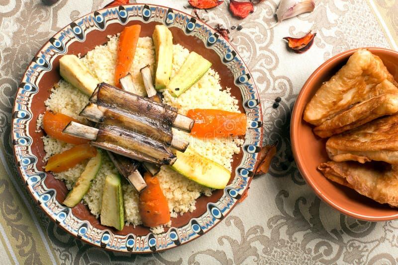 Plat traditionnel de couscous avec de la viande et des légumes image libre de droits
