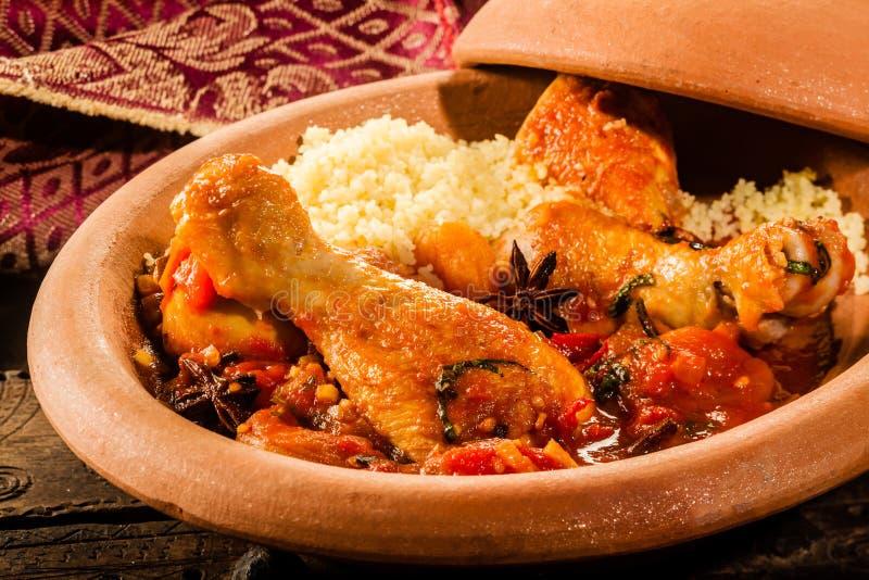plat traditionnel de tajine avec le poulet et le couscous photo stock image du marocain. Black Bedroom Furniture Sets. Home Design Ideas
