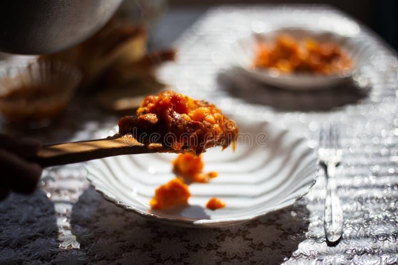 Plat traditionnel de veggie sur la cuill?re en bois au-dessus du plat blanc photo libre de droits