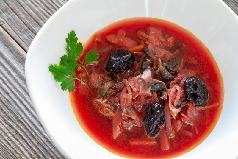 Plat végétarien Borsch rouge de Vegan des betteraves rouges, champignons, cabba photos libres de droits