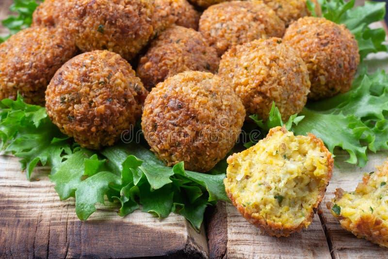 Plat végétarien - boules de falafel des pois chiches épicés sur la table rustique en bois photographie stock