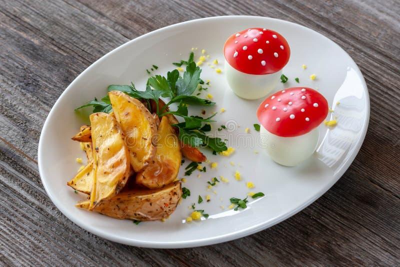 Plat végétarien : Pommes de terre cuites au four avec des verts et oeufs à la coque dans t photos libres de droits