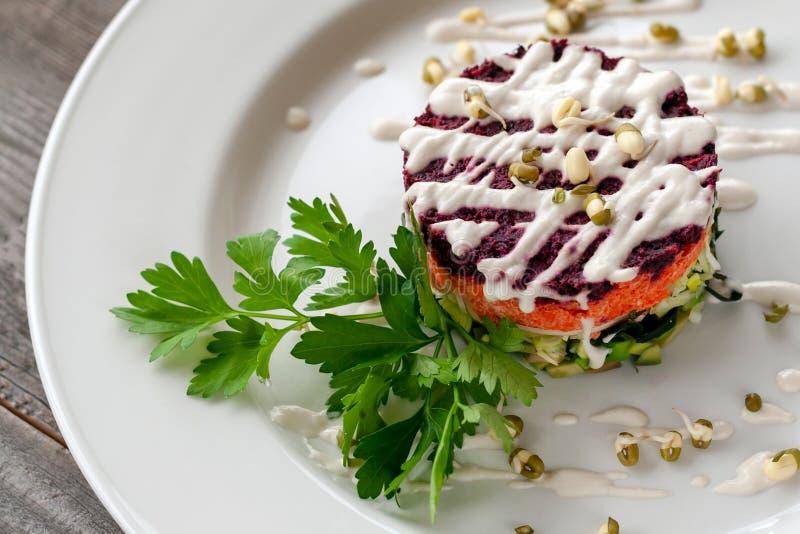 Plat végétarien : salade posée de wakame, betteraves, carottes, zucchi photographie stock libre de droits