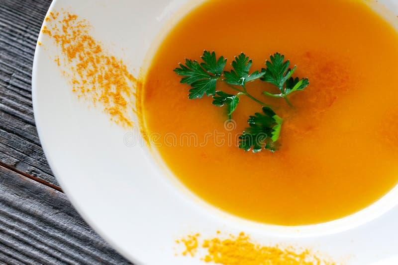Plat végétarien Soupe à potiron avec des carottes, oignons, ail, oliv image stock