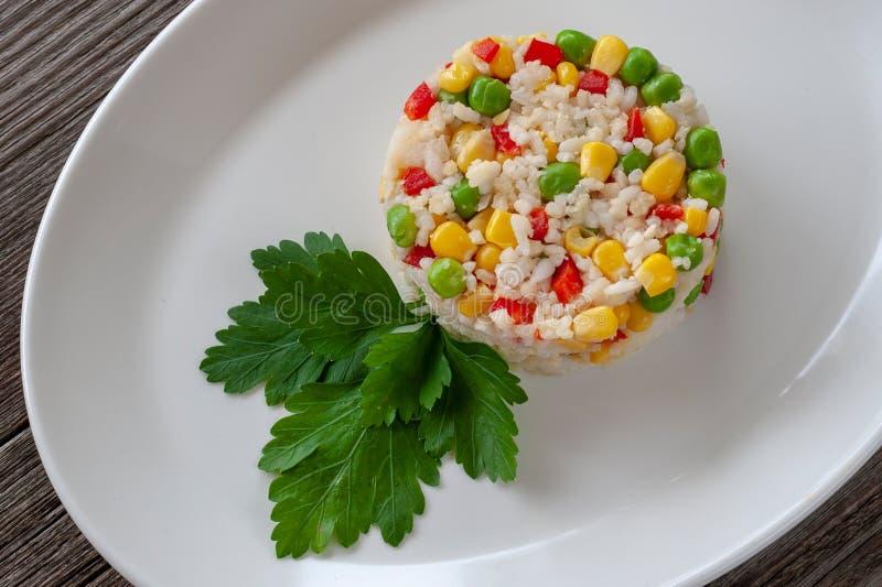 Plat végétarien : un plat de riz bouilli, de maïs, de pois et de swe photos libres de droits