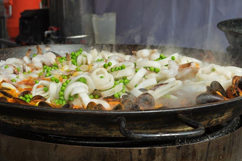 Plat Valencian de riz, Paella de fruits de mer étant faite cuire dans un grand shal photos stock