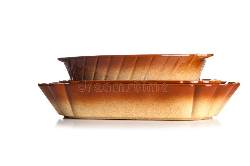 Plat vide de cocotte en terre de cuisson de fonte d'isolement sur Backgrou blanc photographie stock