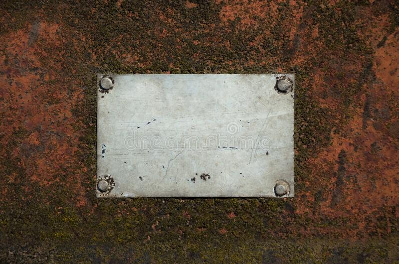 Plat vide gris en métal avec des éraflures sur une surface en acier rouillée photos libres de droits