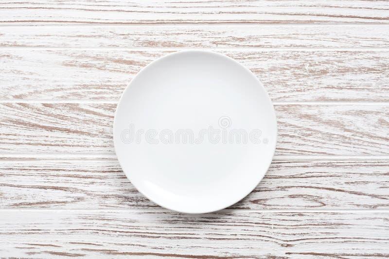Plat vide sur la configuration en bois blanche d'appartement de fond de table photographie stock libre de droits