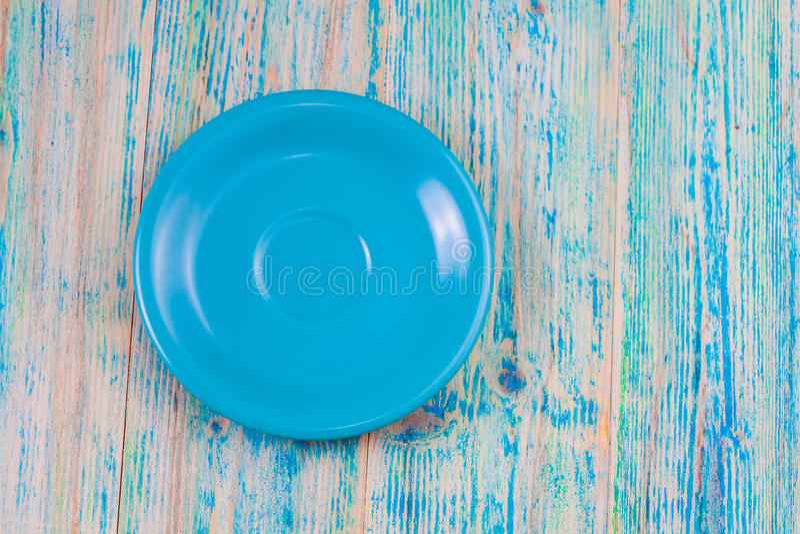 Plat vide sur le fond en bois bleu Vue supérieure images libres de droits
