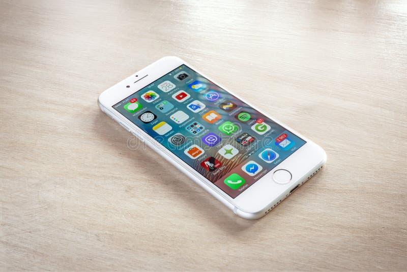 Plata a estrenar del iPhone 7 con la pantalla de inicio imagen de archivo libre de regalías