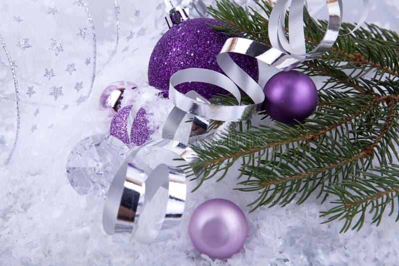 Plata púrpura de la decoración de la Navidad en la nieve blanca imágenes de archivo libres de regalías