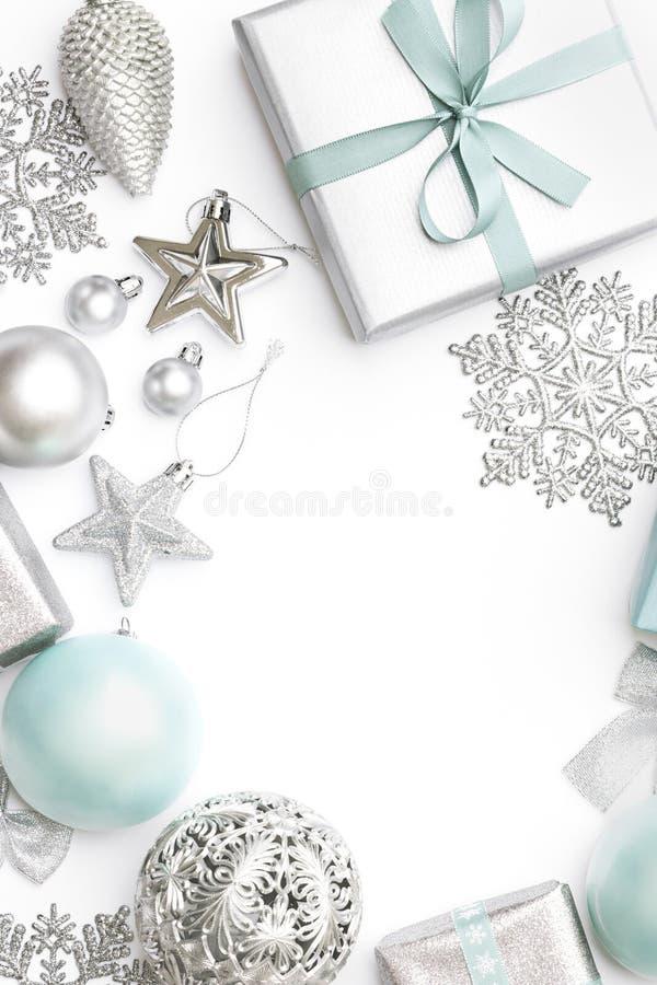Plata y regalos de la Navidad, ornamentos en colores pastel y decoraciones azules aislados en el fondo blanco Frontera de la Navi foto de archivo