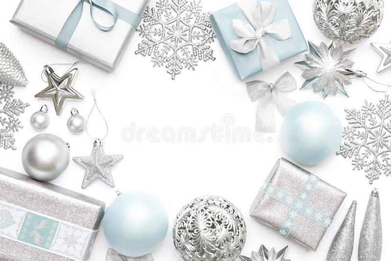 Plata y regalos de la Navidad, ornamentos en colores pastel y decoraciones azules aislados en el fondo blanco Frontera de la Navi foto de archivo libre de regalías