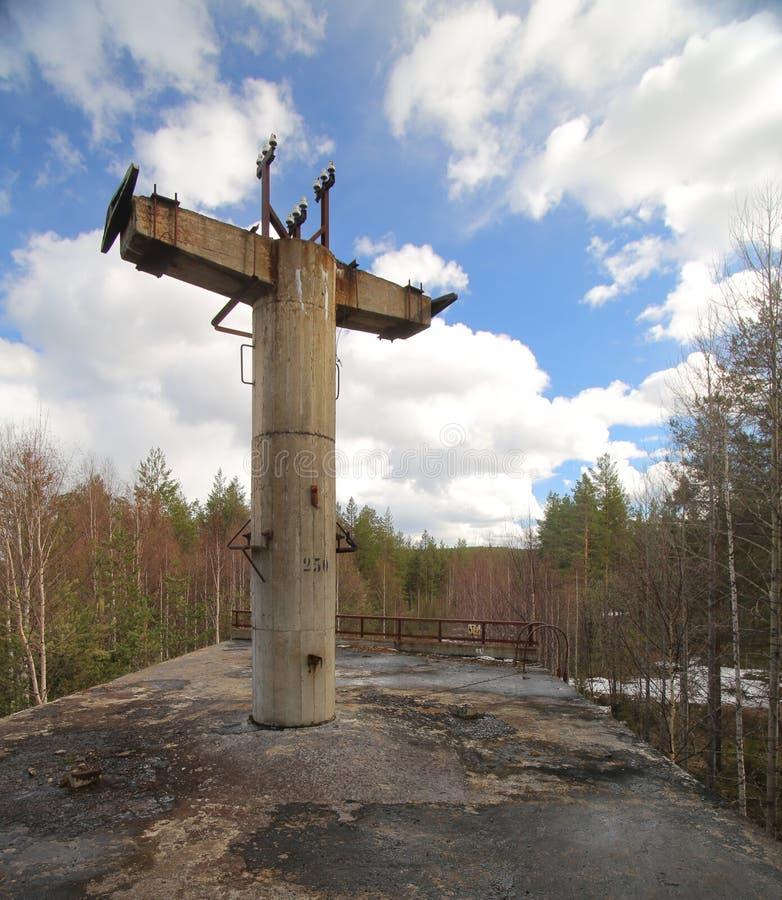 Plataforma abandonada de la vieja estructura ferroviaria en Suecia fotografía de archivo libre de regalías
