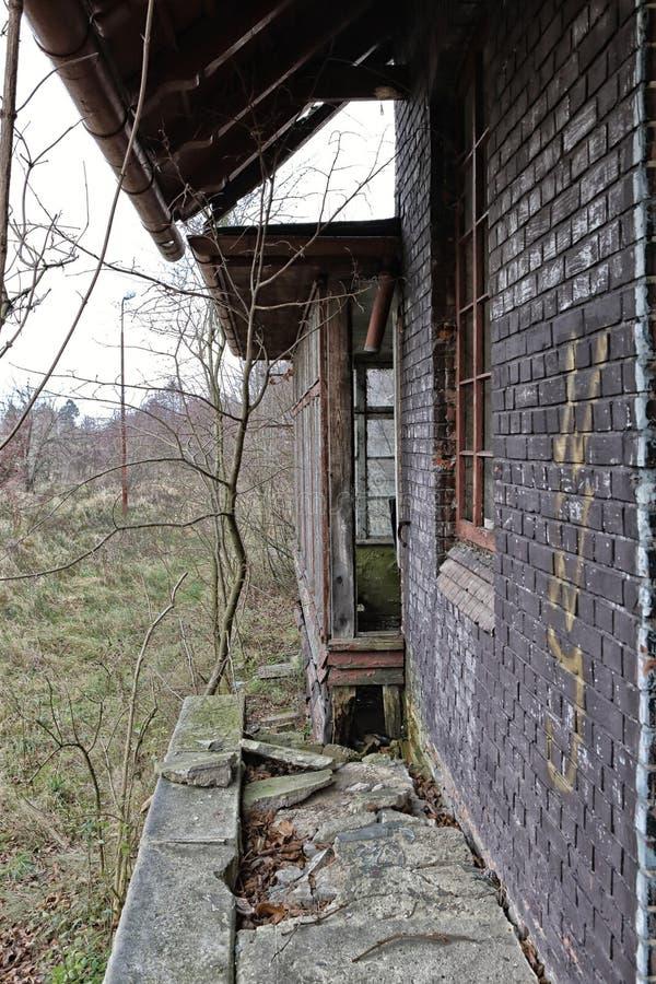 Plataforma abandonada y agrietada del ferrocarril fotos de archivo