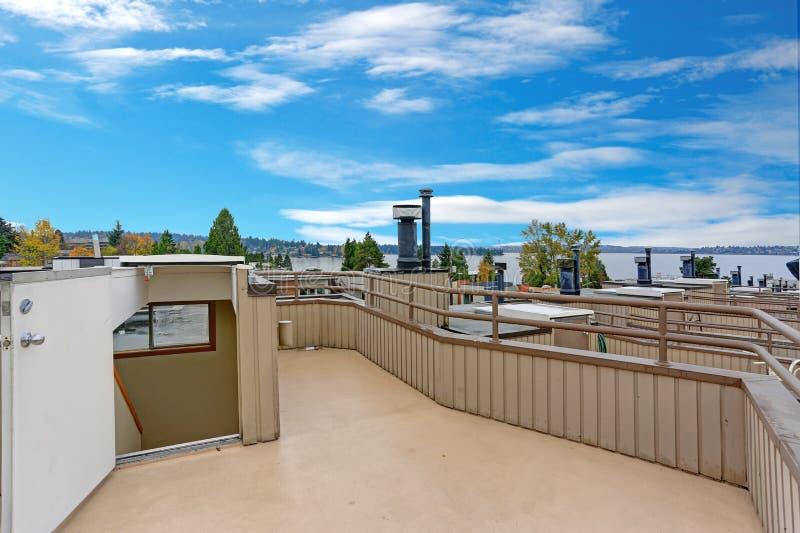 Plataforma agradável do telhado com vistas surpreendentes do lago Washington fotografia de stock