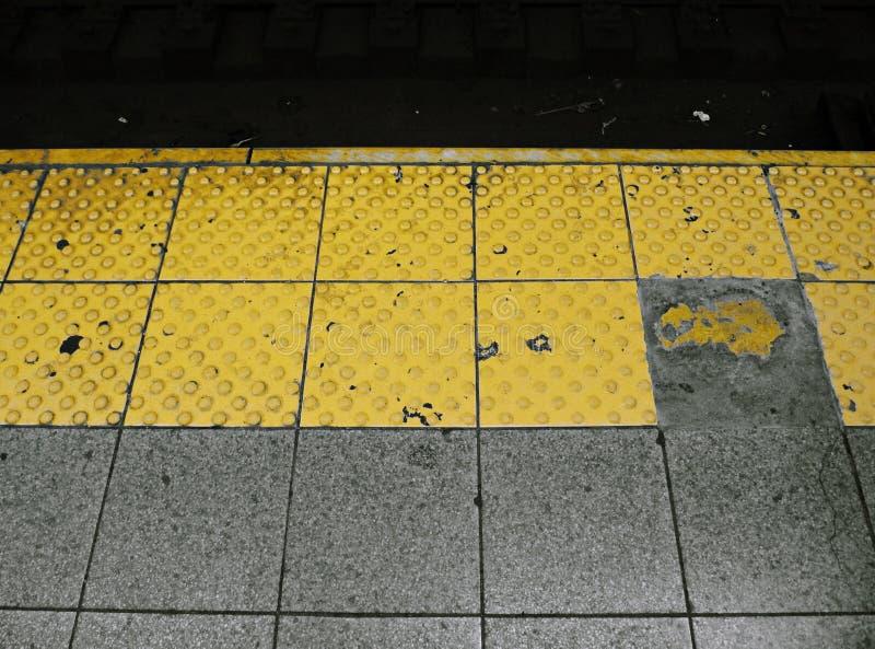 Plataforma amarilla del subterráneo de NYC imagen de archivo libre de regalías