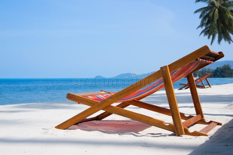 Plataforma-cadeiras na praia imagem de stock