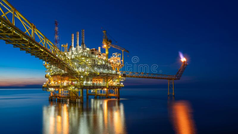 Plataforma central de transformación de petróleo y gas mar adentro en puesta de sol que produce gas crudo, crudo e hidrocarburos  imágenes de archivo libres de regalías