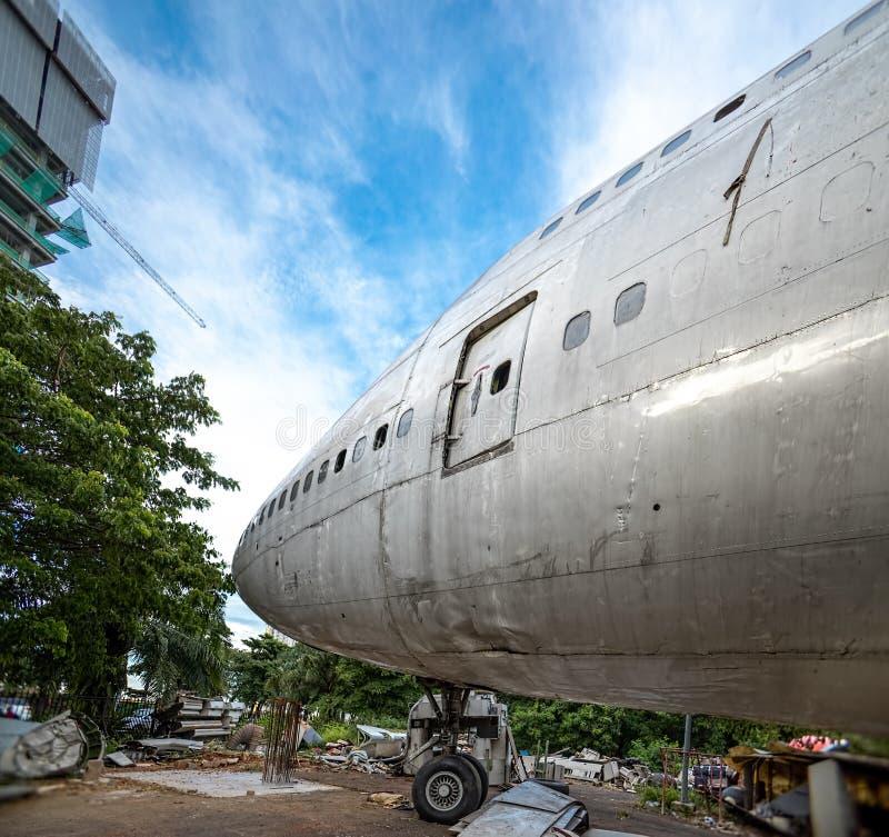 Plataforma clara do avião de dano que é reparo no centro de manutenção exterior Aviões que estão sendo desfeitos e para desmontar imagem de stock