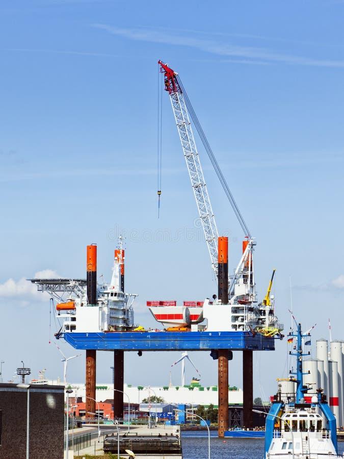 Plataforma da construção para plantas de energias eólicas a pouca distância do mar imagens de stock