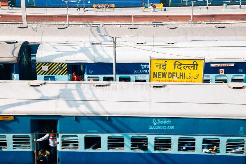 Plataforma da estação de trem de Nova Deli em Deli, Índia fotografia de stock royalty free