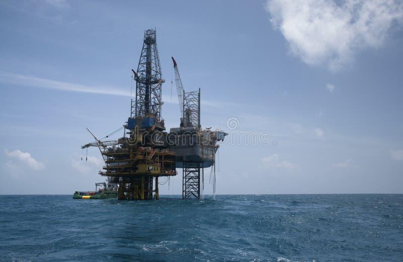 Plataforma da plataforma petrolífera no mar azul calmo imagens de stock