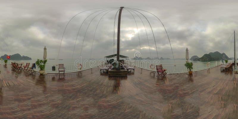 Plataforma da sucata de madeira na baía longa Vietname do Ha fotografia de stock royalty free