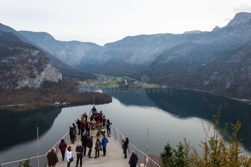 A plataforma da vis?o em Hallstatt com uma vista espetacular do lago Hallstatter considera, ?ustria, Europa foto de stock