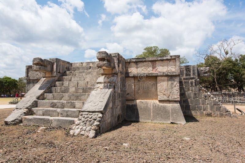 Plataforma das águias e dos jaguares na cidade maia de Chichen Itza em México imagem de stock