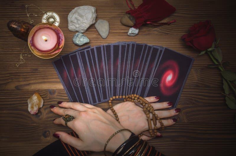 Plataforma de cartões do tarô Leitura futura Caixa de fortuna O psíquico imagens de stock