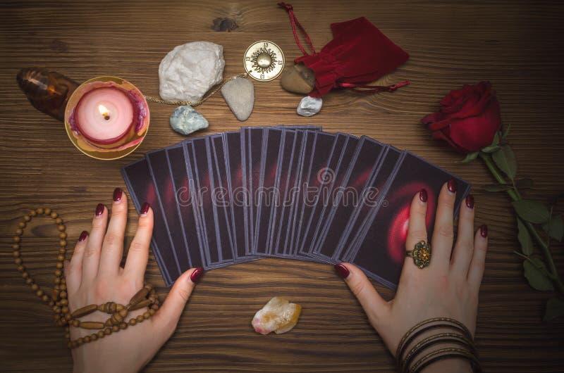 Plataforma de cartões do tarô Leitura futura Caixa de fortuna O psíquico fotografia de stock