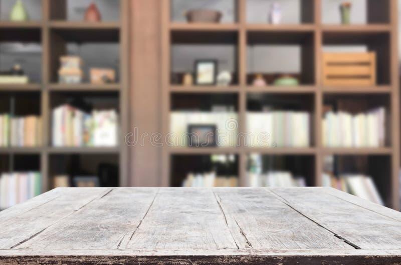 Plataforma de espaço vazia da tabela da placa de madeira na frente do libr borrado fotos de stock royalty free