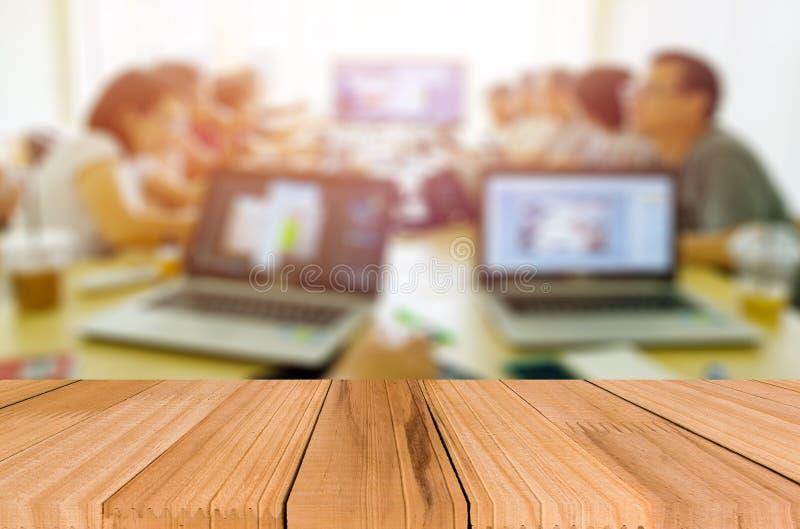 Plataforma de espacio del escritorio con los hombres de negocios en una reunión en la oficina imágenes de archivo libres de regalías