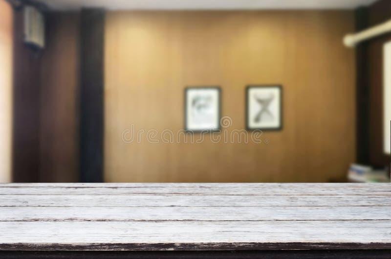 Plataforma de espacio vacía de la tabla del tablero de madera delante de Livi borroso foto de archivo libre de regalías