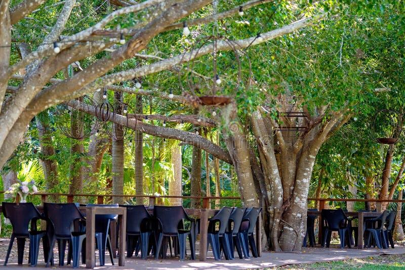 Plataforma de jantar exterior em um restaurante ocasional de Bushland foto de stock royalty free