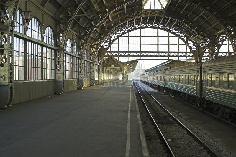 Plataforma de la estación de ferrocarril imagen de archivo libre de regalías