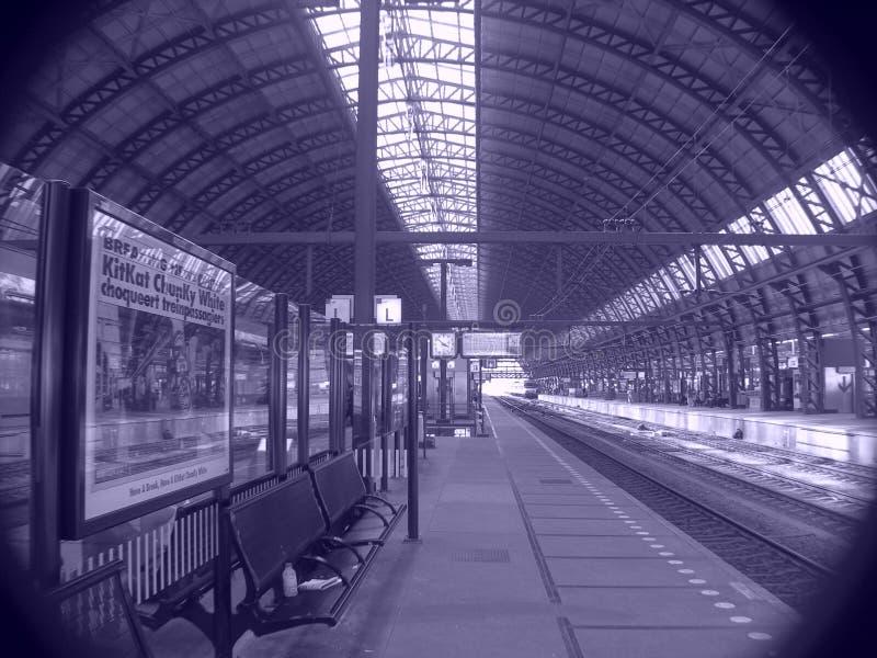 Plataforma de la estación de ferrocarril fotos de archivo