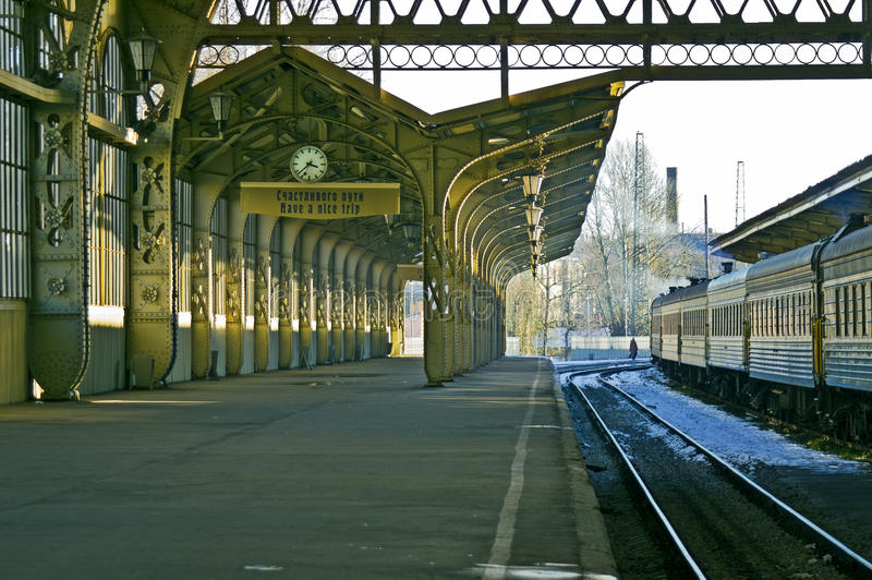 Plataforma de la estación de ferrocarril imagenes de archivo