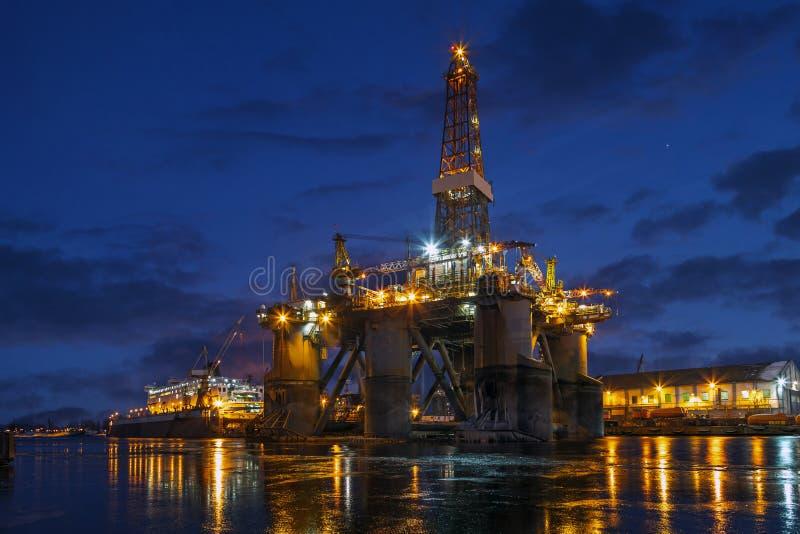 Plataforma de la perforación petrolífera en el mar en la reparación foto de archivo