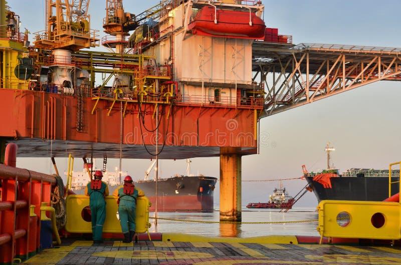 Plataforma de la plataforma petrolera en el mar durante la tarde con la nube hermosa imagen de archivo