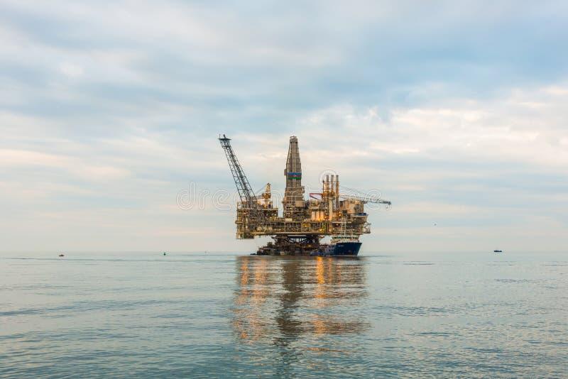 Plataforma de la plataforma petrolera imagenes de archivo