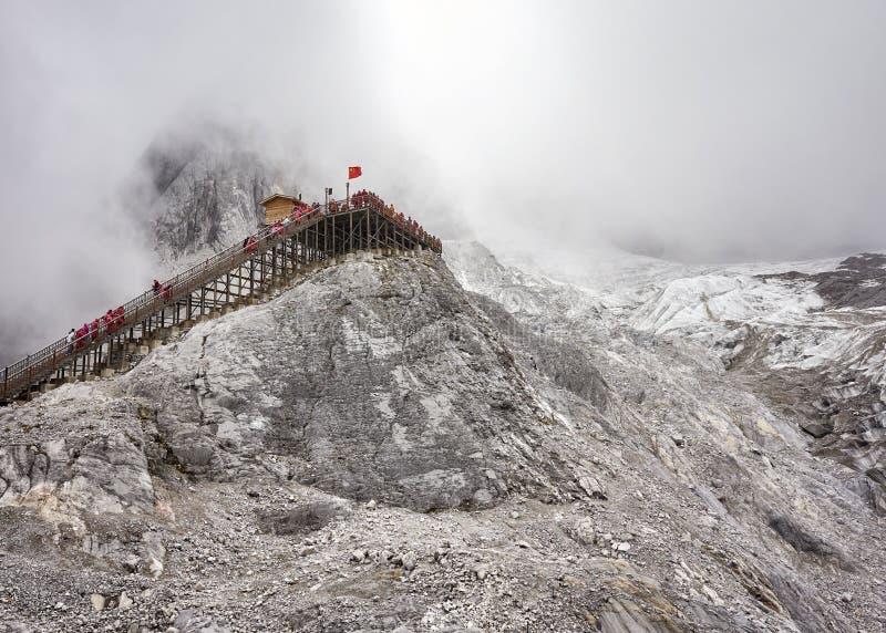 Plataforma de la visión en Jade Dragon Snow Mountain en nubes, ji imagen de archivo