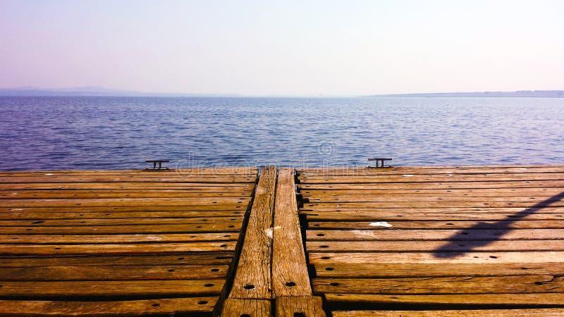Plataforma de madeira com opinião da água fotos de stock
