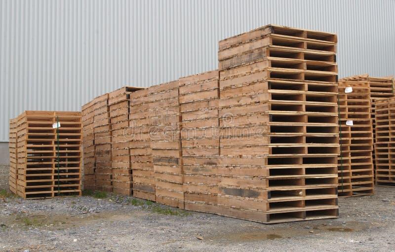 Plataforma de madeira do armazém da indústria do transporte do transporte da pilha das páletes fotos de stock